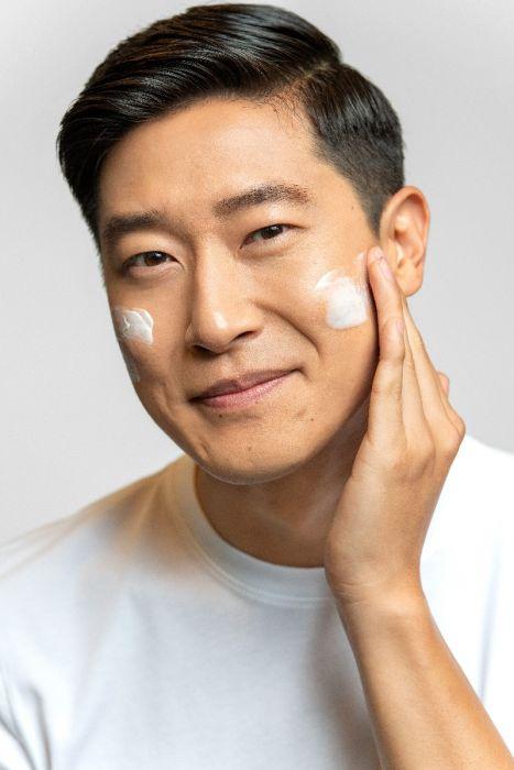 Dermalogica invisible physical defense SPF30 aanbrengen op gezicht man